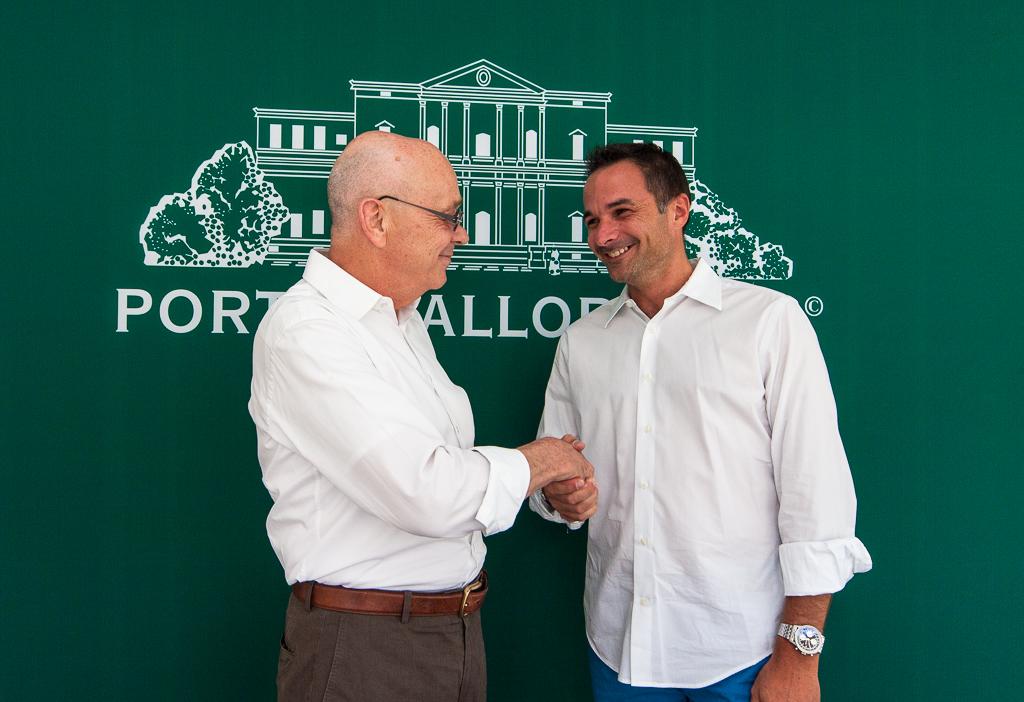 El fundador de Porta Mallorquina y Porta Mondial, Joachim Semrau (izquierda), felicita a Stefan Suter, socio de franquicia de Mallorca Nordeste, por la nueva tienda de Artà.